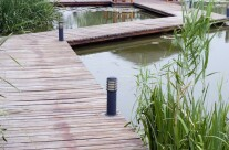 11.dřevěné molo vedoucí k altánu