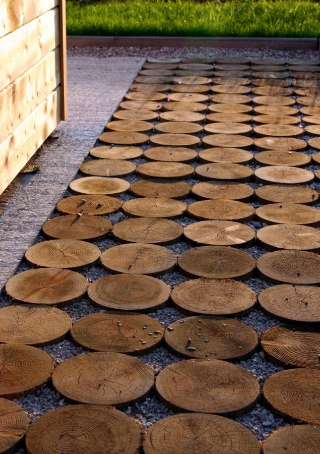 11.dřevěné špalky ve štěrku